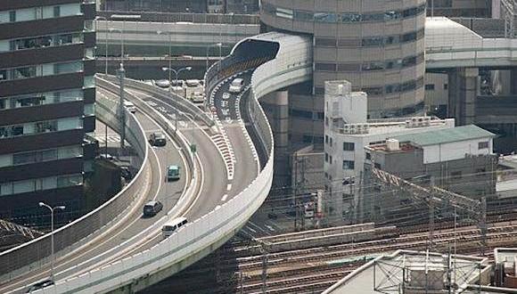 Ο αυτοκινητόδρομος που διαπερνάει κτίριο